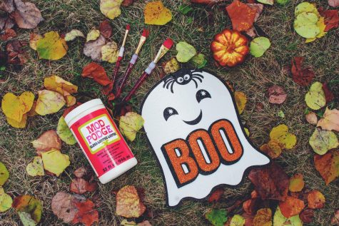 This ghost craft is an inexpensive way to decorate for the Fall season.